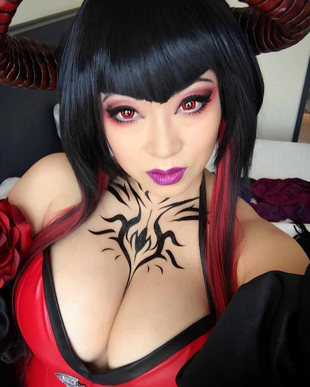 Yaya Han Cosplay Cleavage Pictures (16 pics)